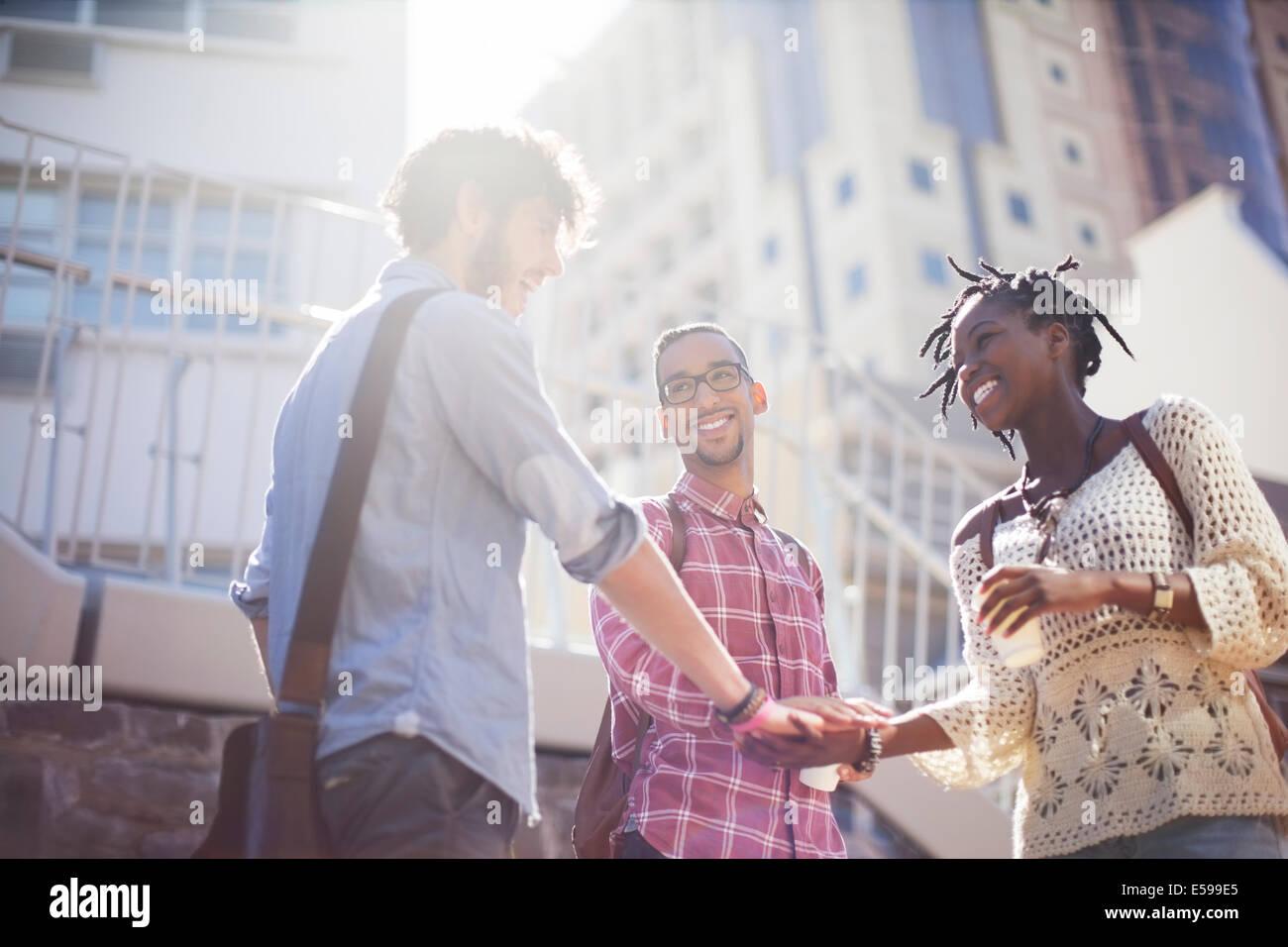 Menschen Sie Hände schütteln auf Stadtstraße Stockbild