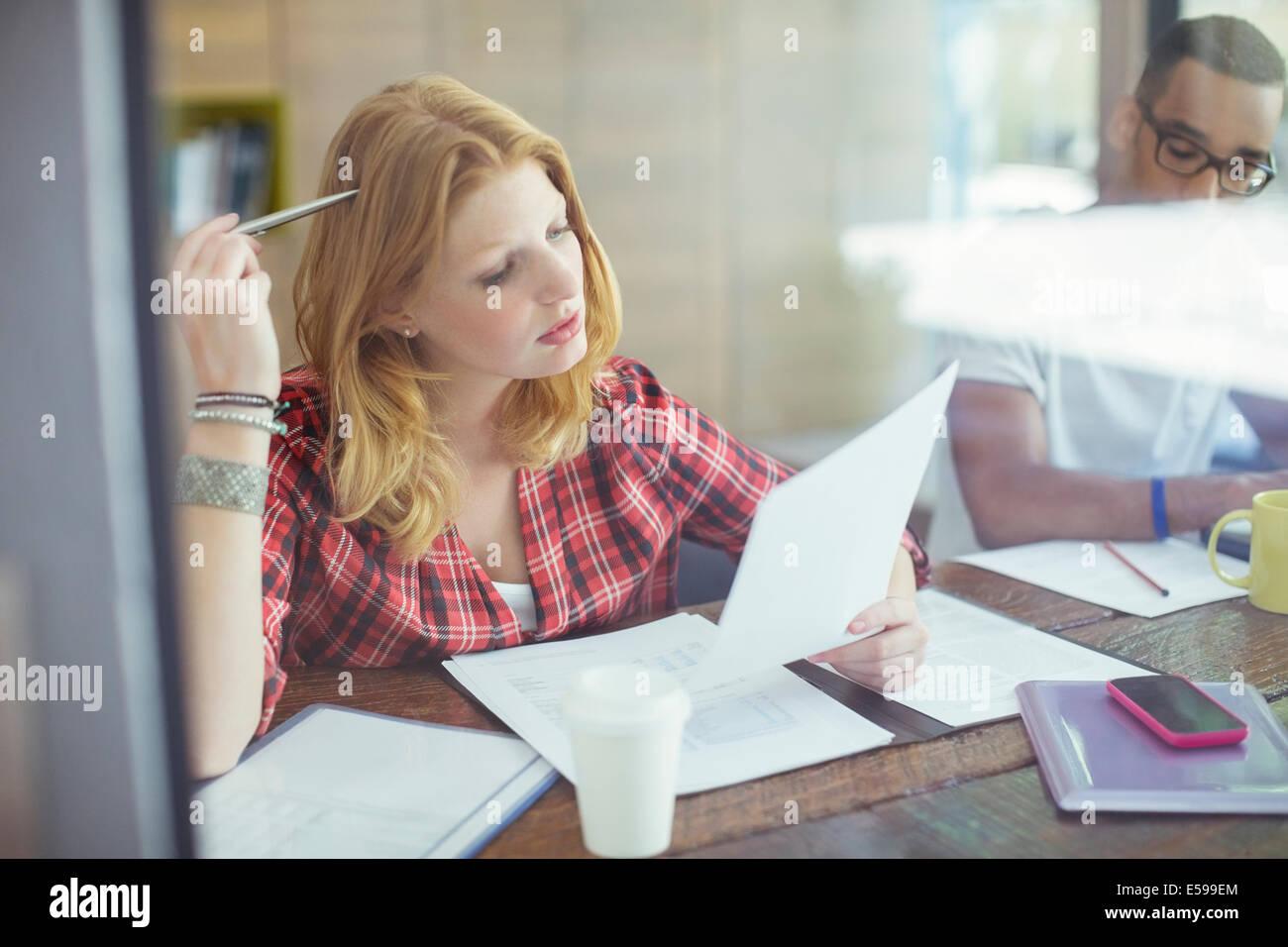 Frau arbeitet im café Stockbild
