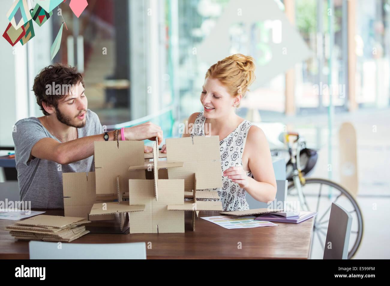 Menschen Gebäudemodell zusammen Stockbild