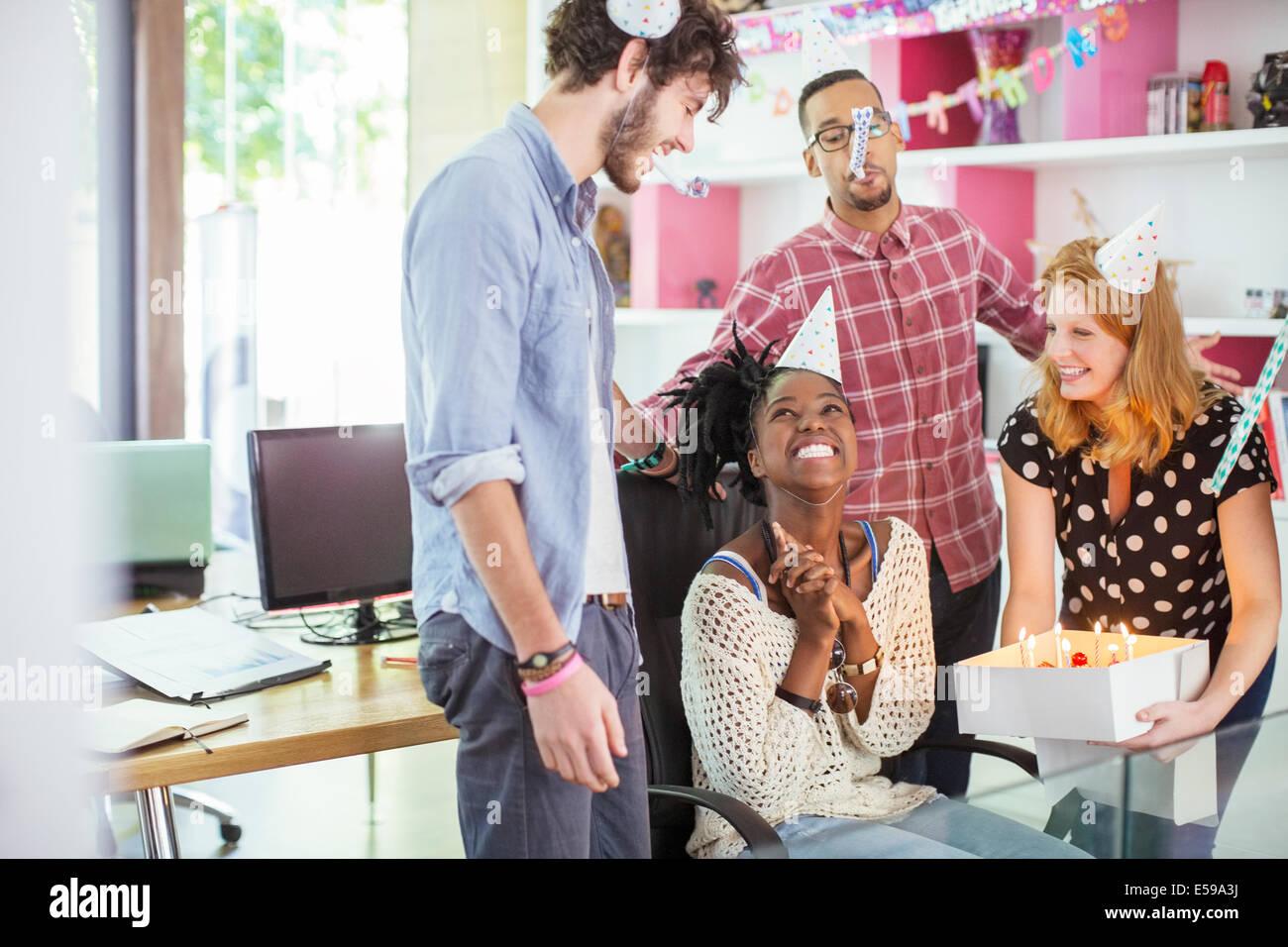Leute feiern Geburtstag im Büro Stockbild