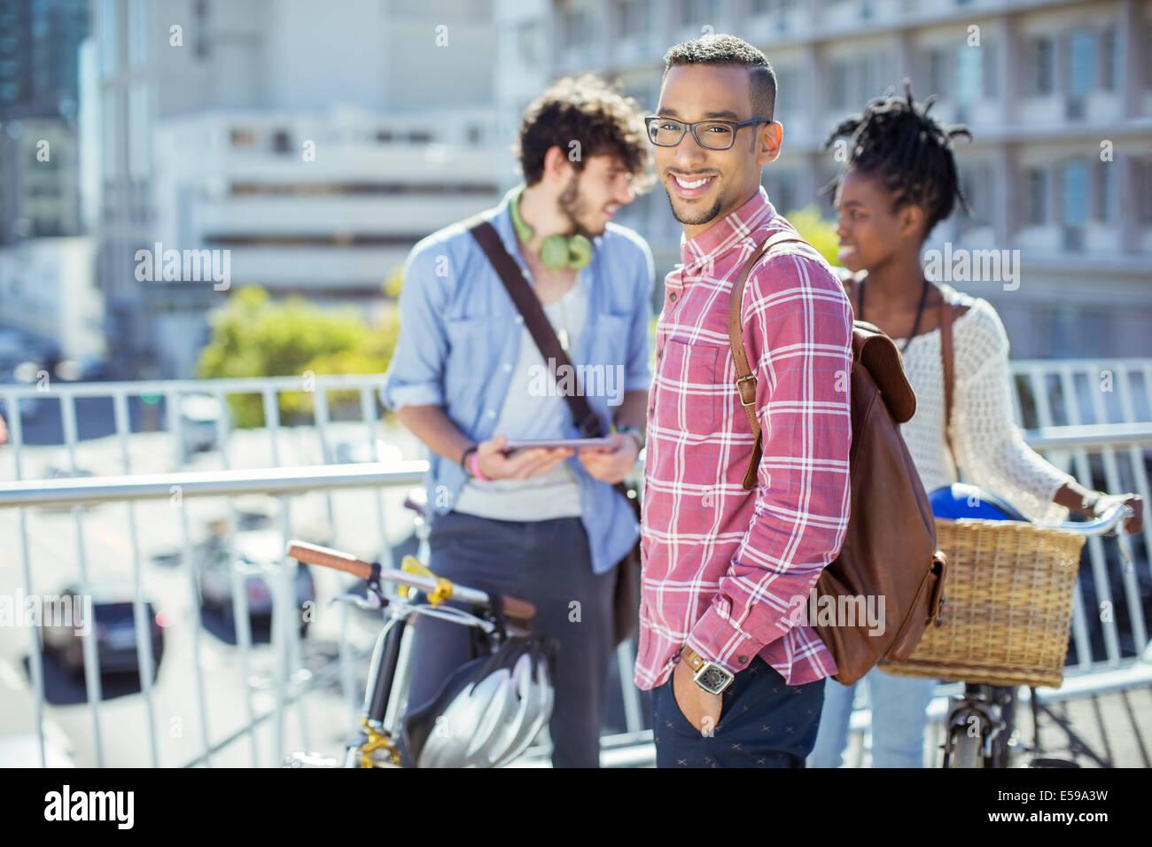Mann lächelnd auf Stadtstraße Stockbild