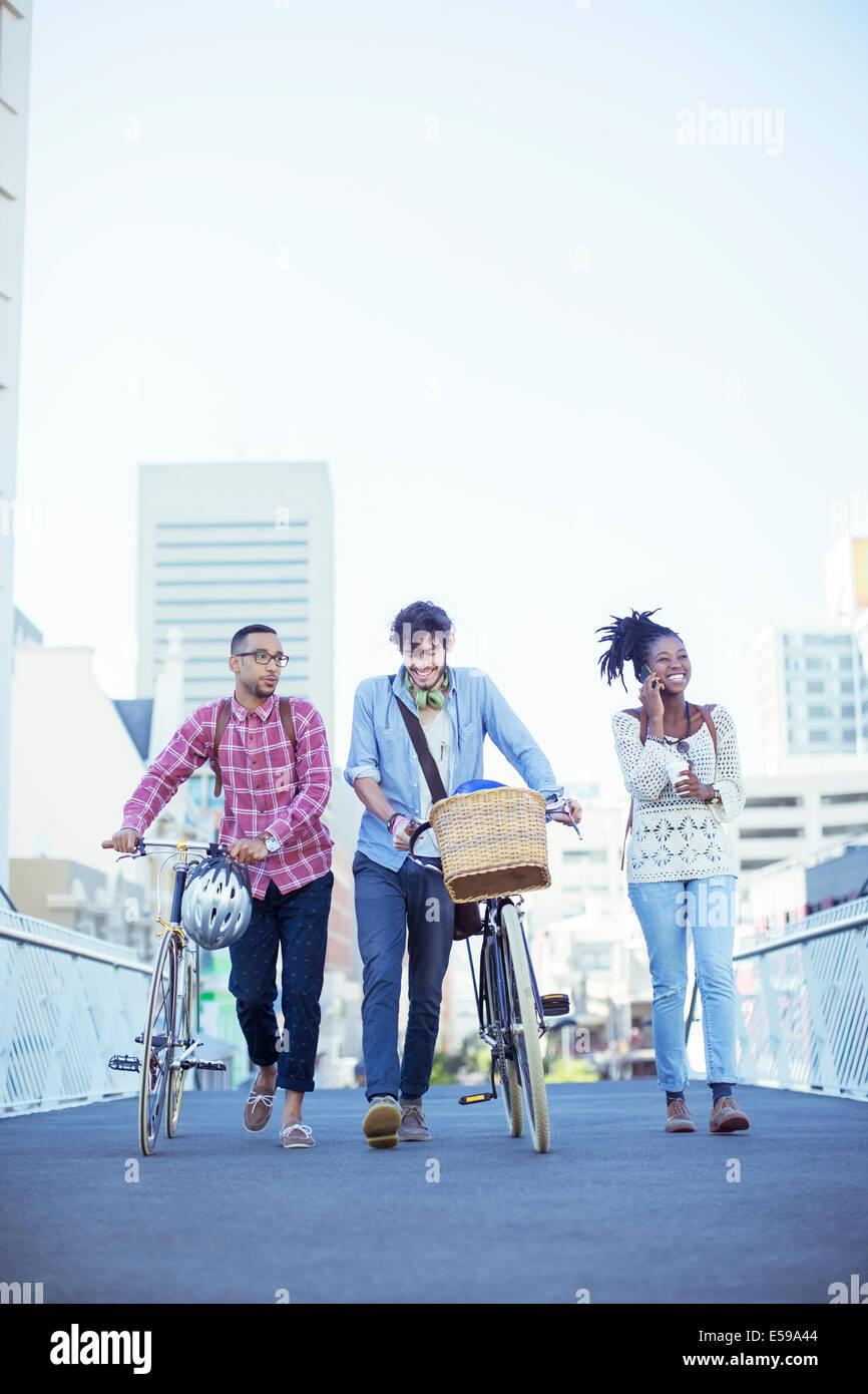 Freunde gehen auf Stadtstraße Stockbild