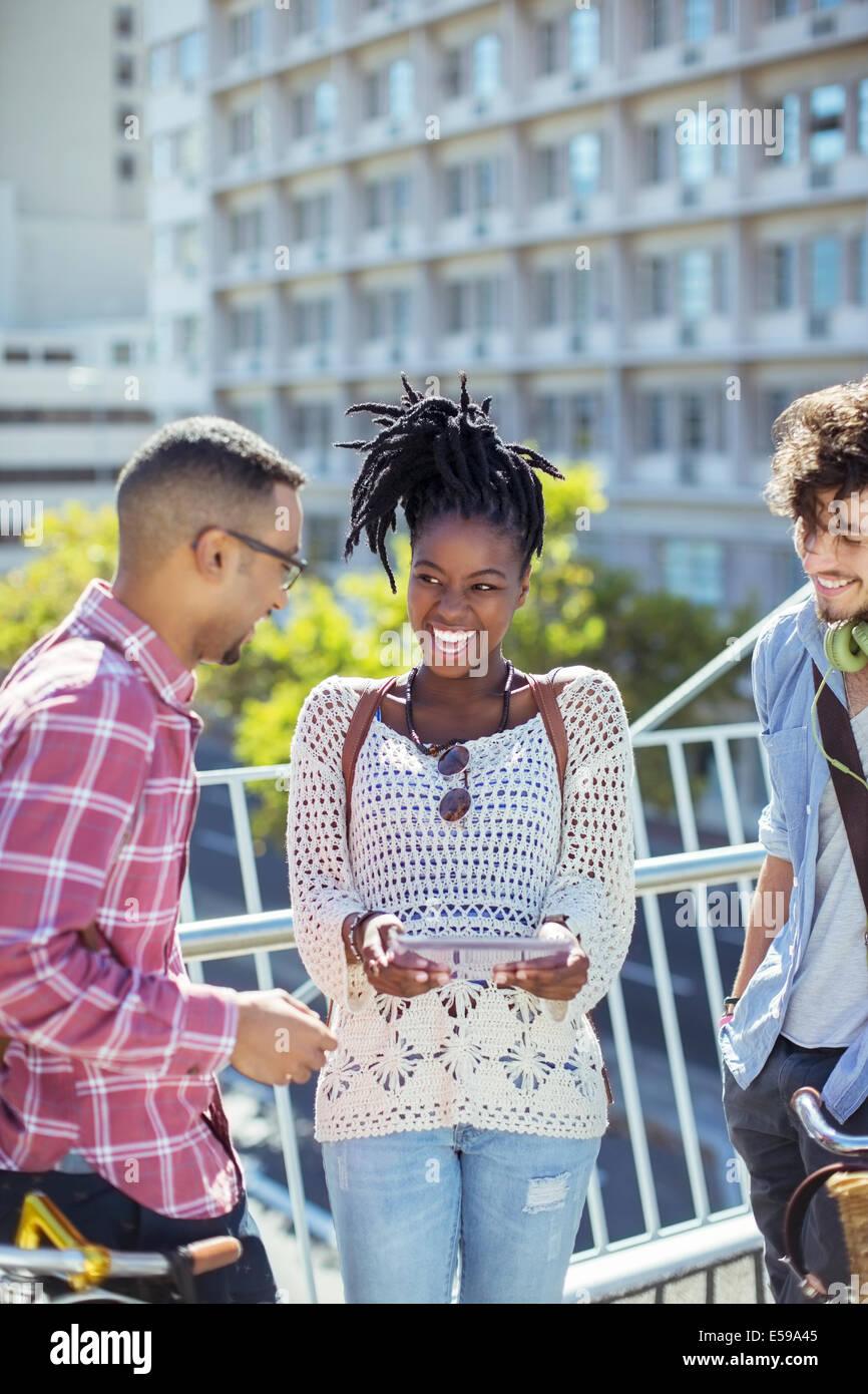 Freunde sprechen auf Stadt Straße Stockbild