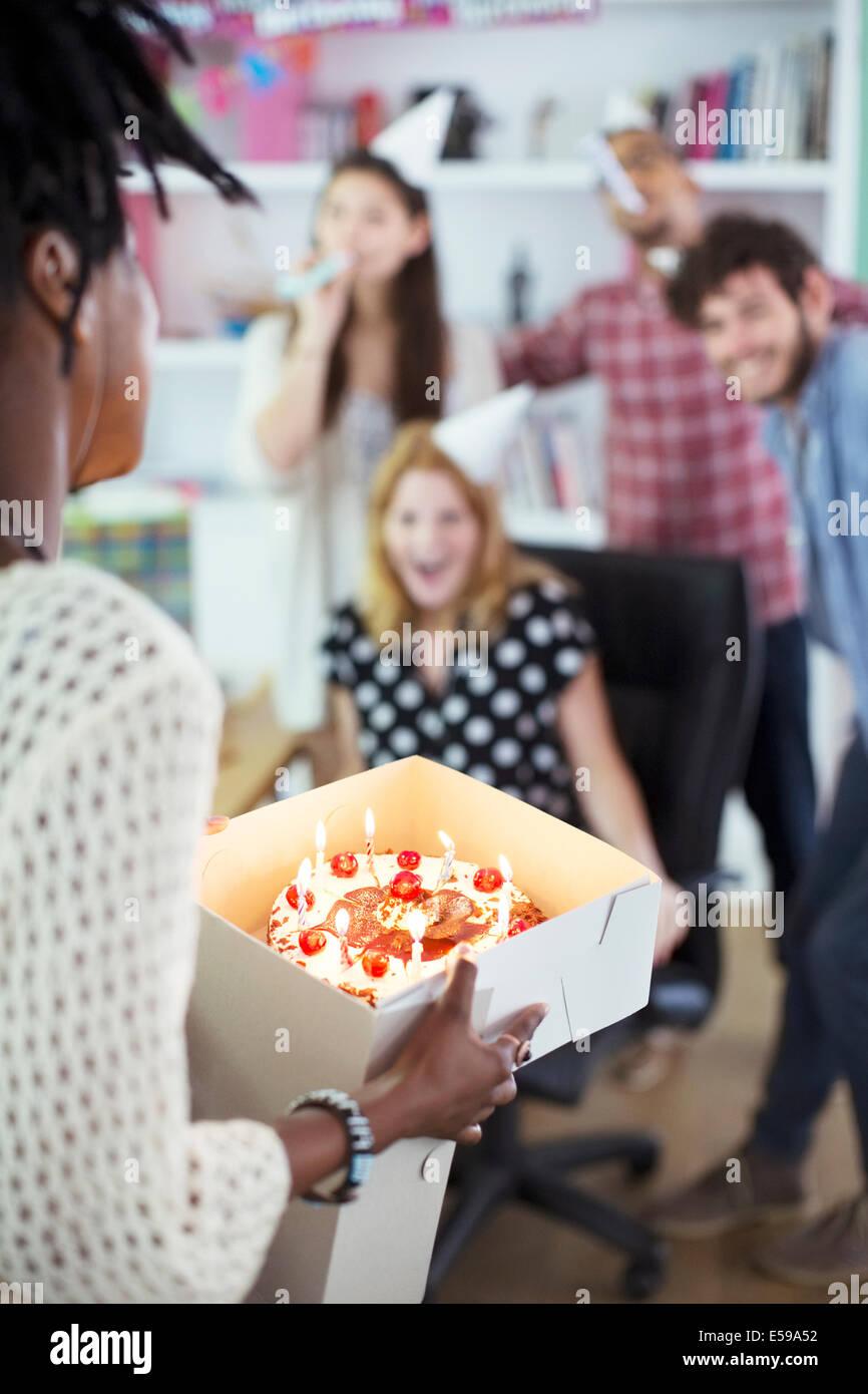 Leute feiern Geburtstag im Büro Stockfoto