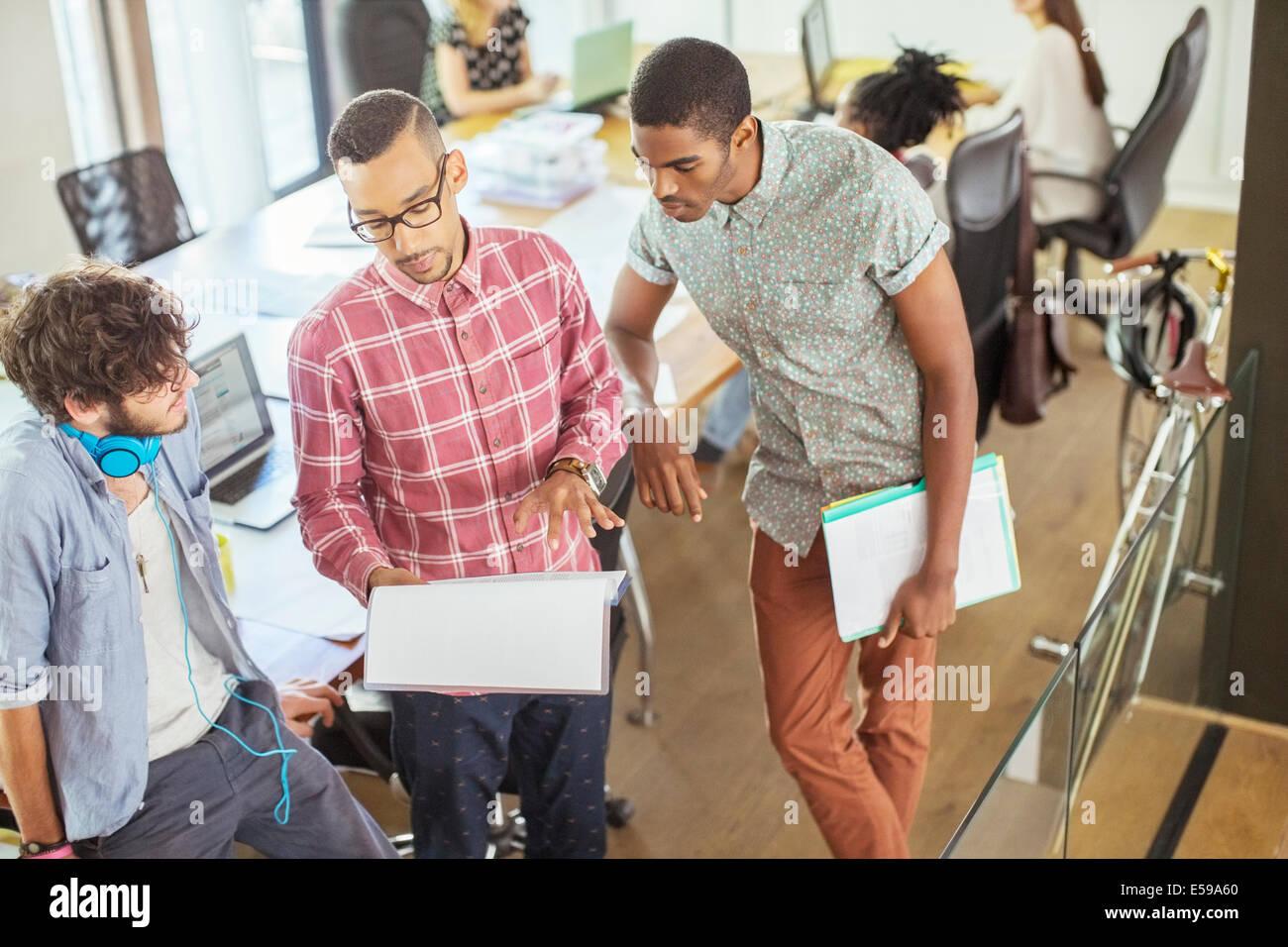 Menschen im Büro zusammenarbeiten Stockbild