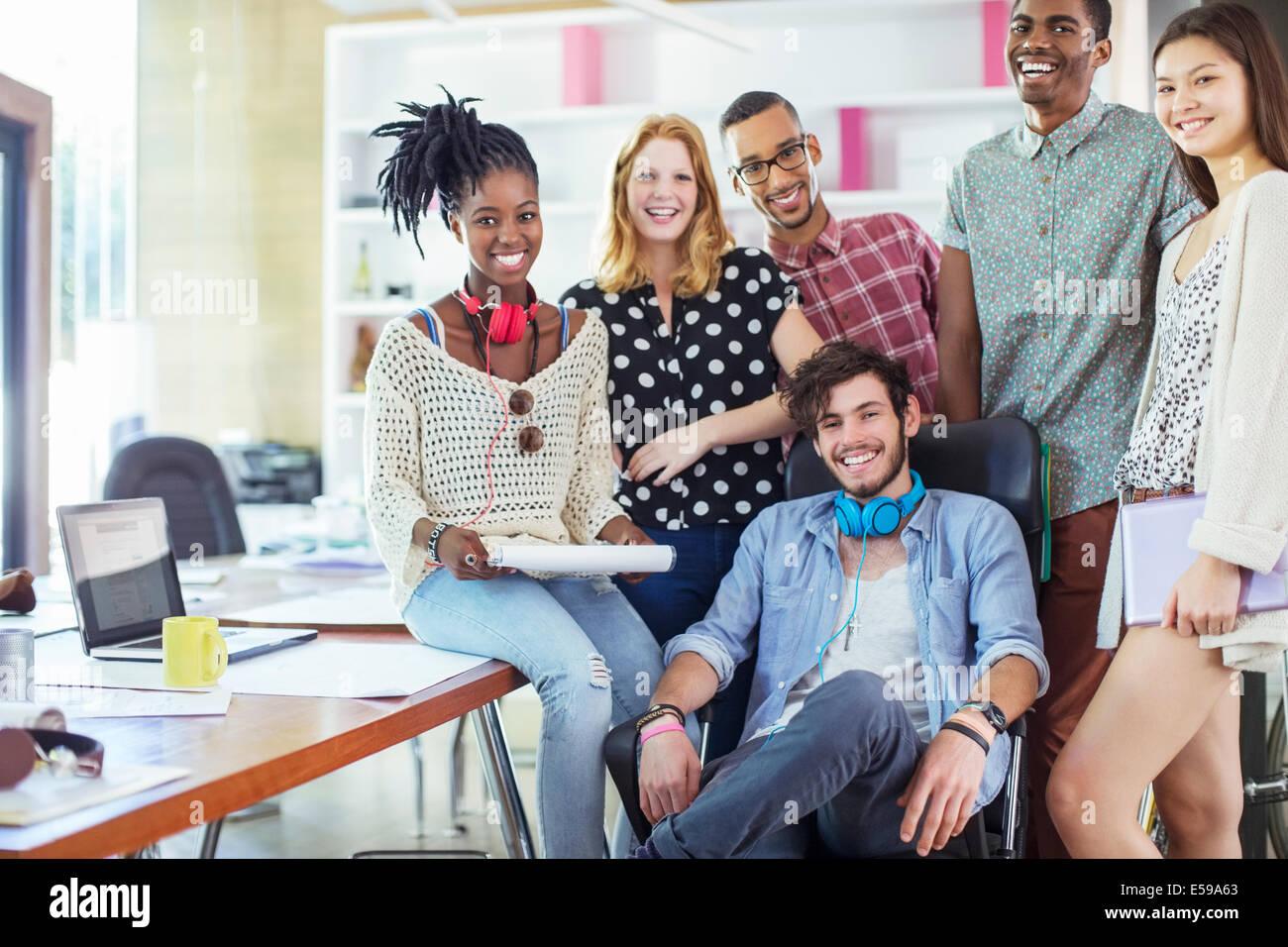 Menschen Lächeln im Büro Stockbild