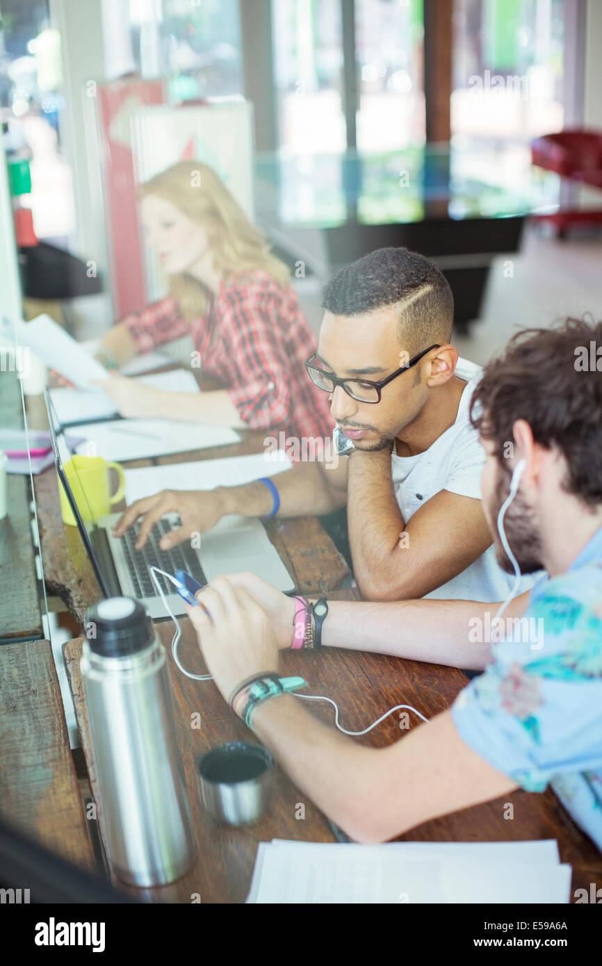 Menschen arbeiten gemeinsam am Konferenztisch im Büro Stockbild
