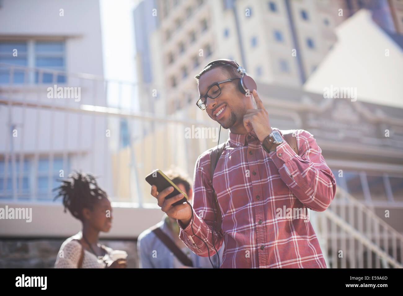 Anhören von MP3-Player im freien Mann Stockbild