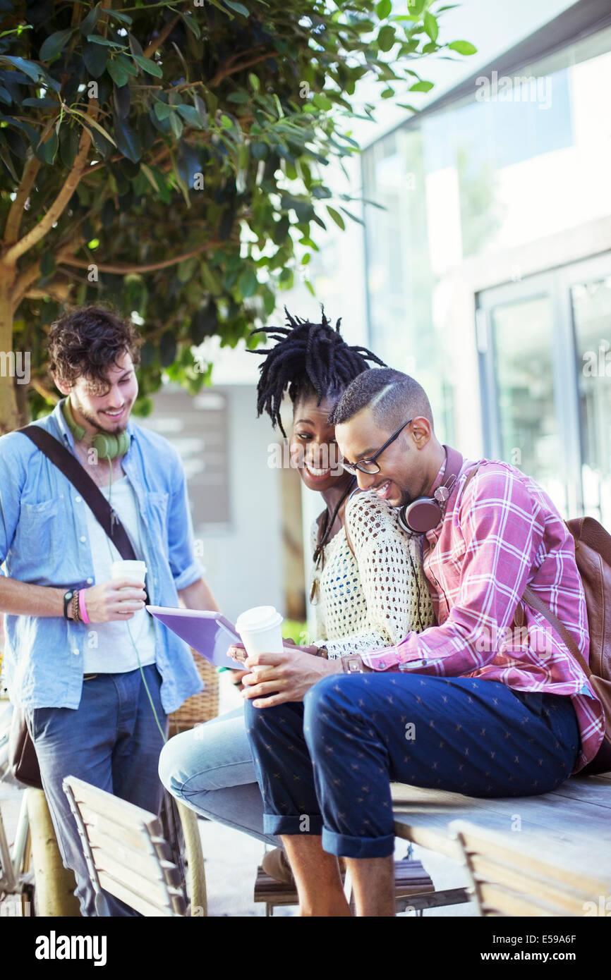 Freunde sprechen im Straßencafé Stockbild