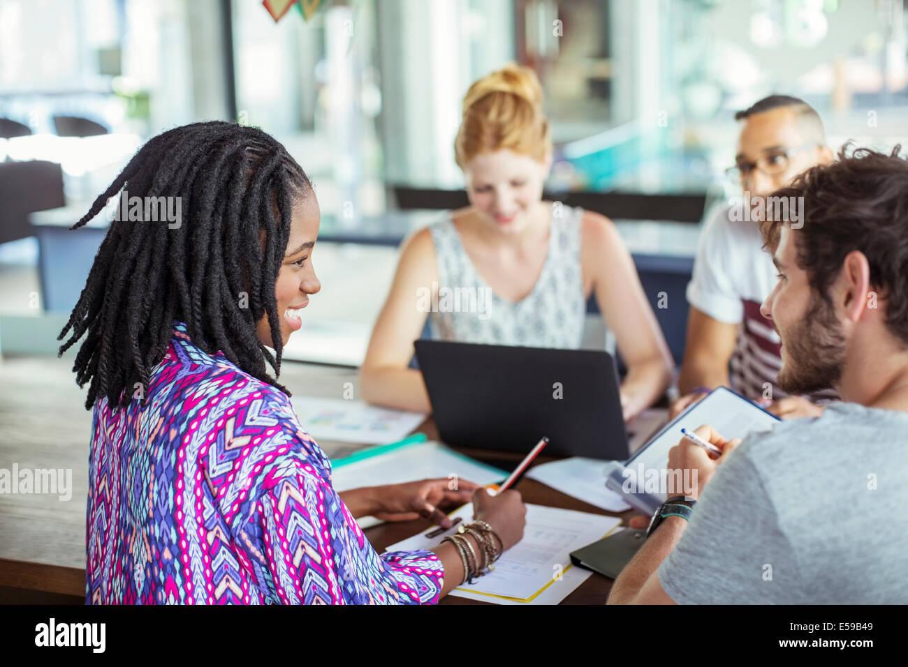 Menschen, die Arbeiten am Konferenztisch im Büro Stockbild