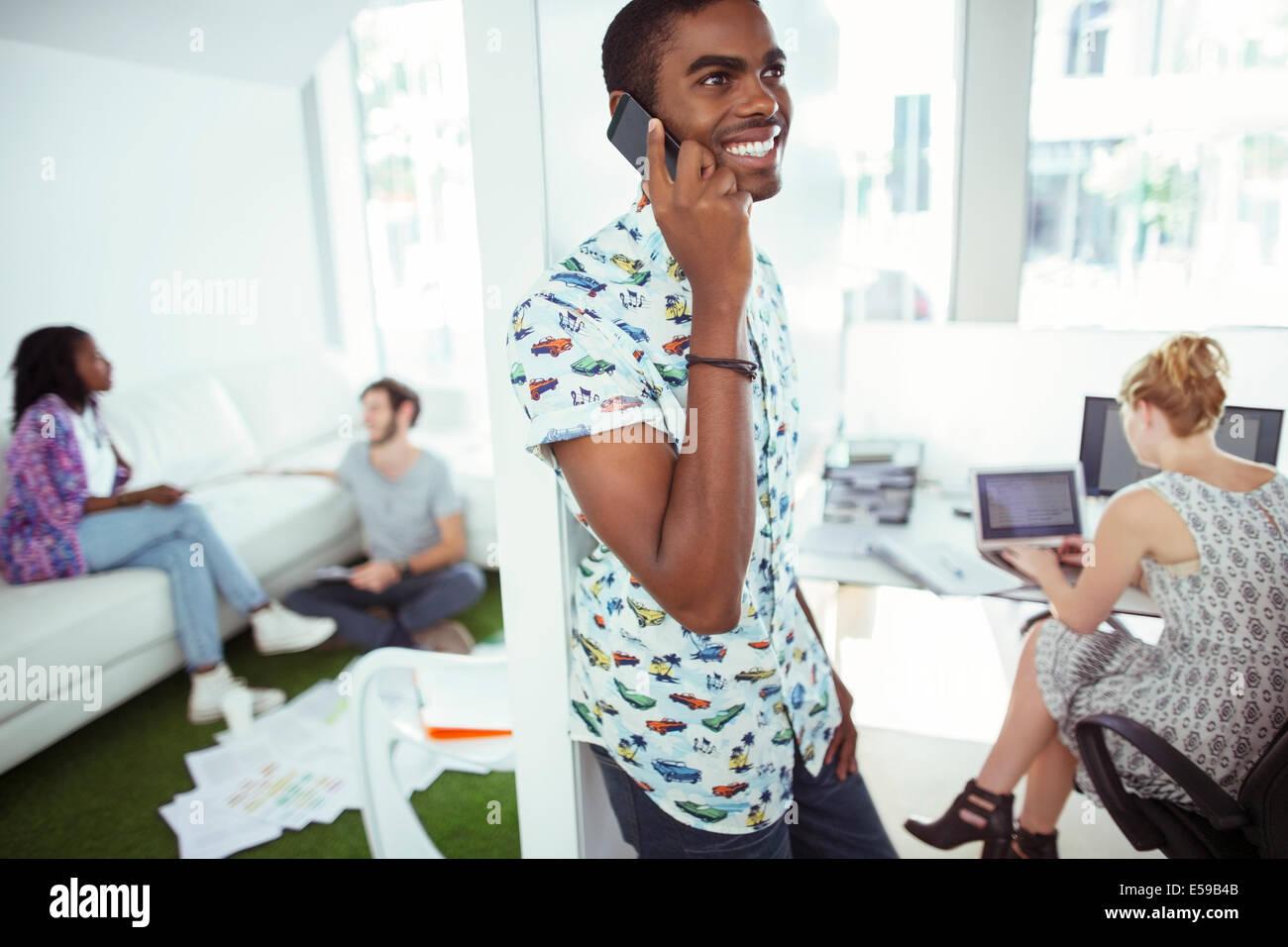 Menschen reden über Handy im Büro Stockbild