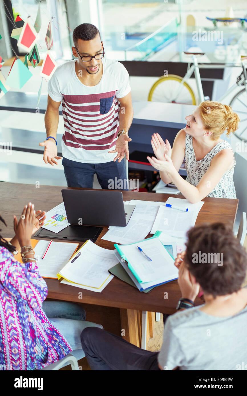 Menschen applaudieren Kollegin im Büro Stockbild