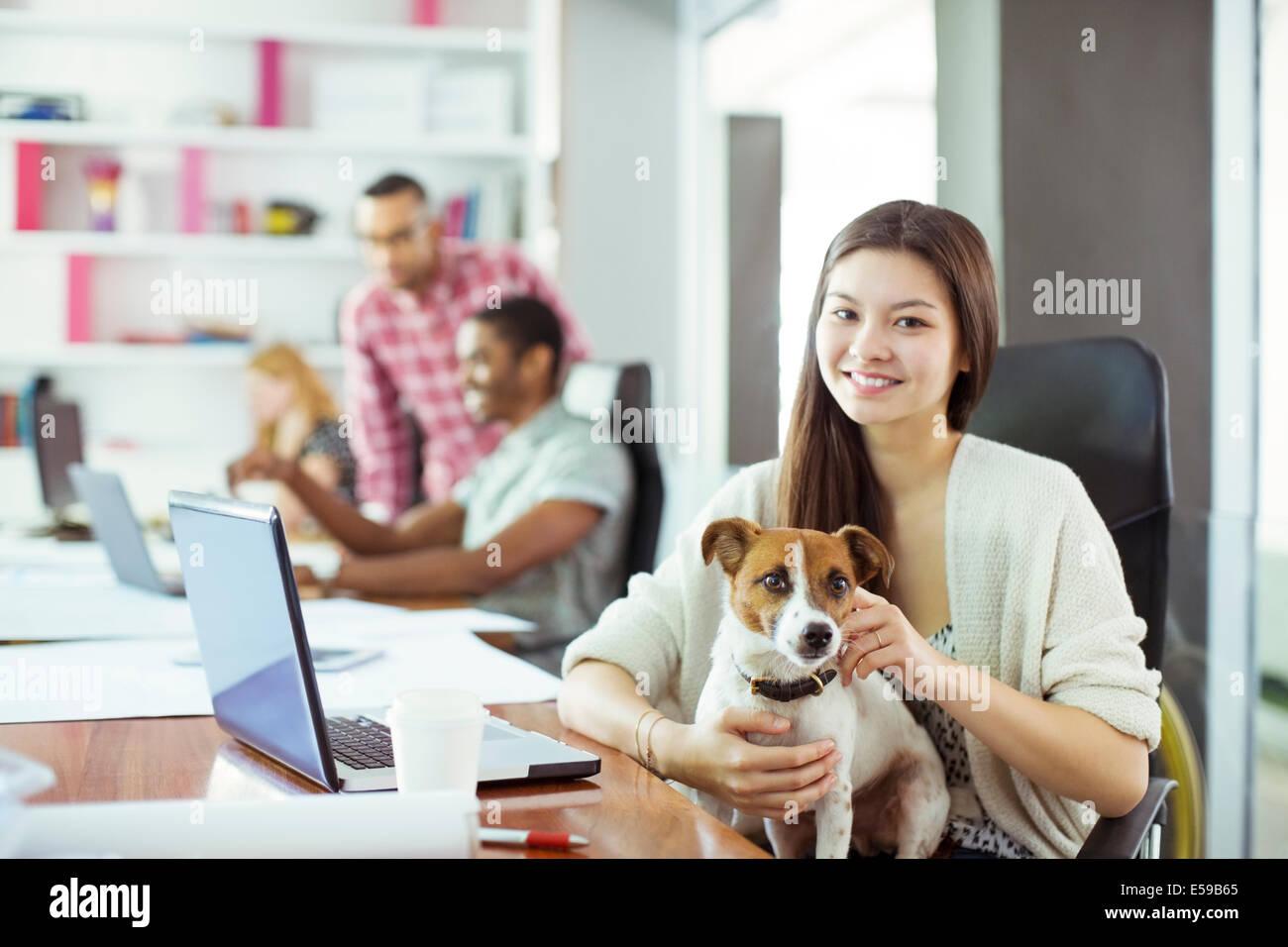 Frau Petting Hund im Büro Stockbild