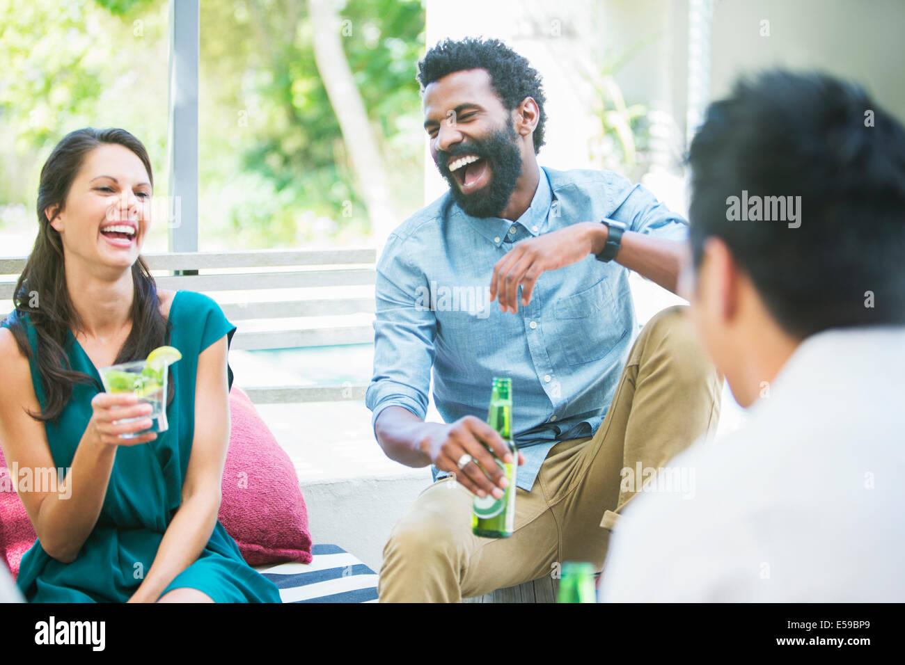 Freunde lachen zusammen auf party Stockbild