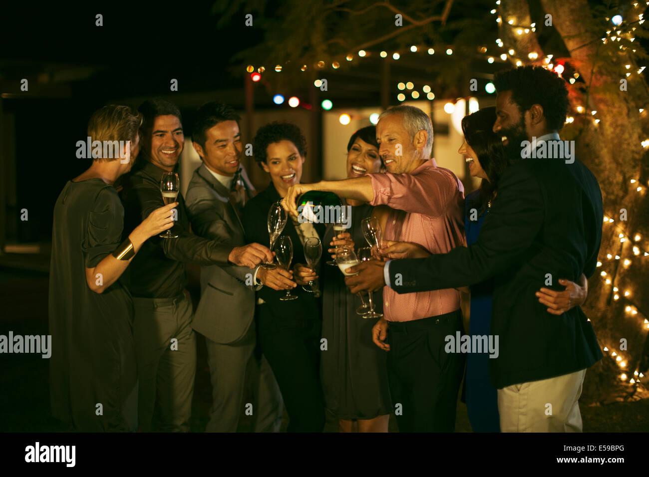 Freunde feiern mit Champagner auf party Stockbild