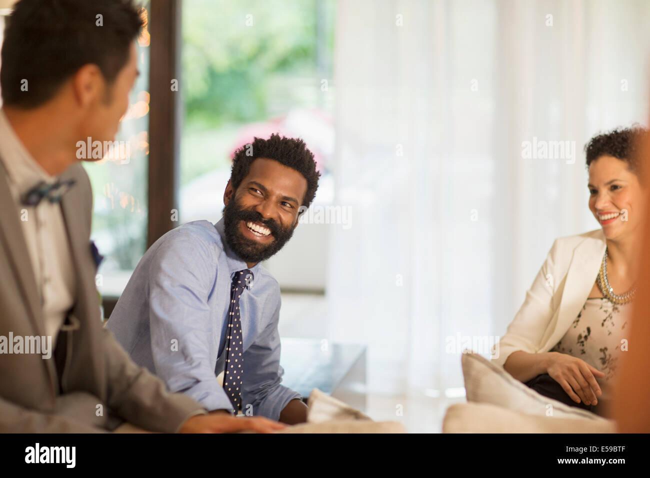 Freunde sprechen auf party Stockfoto