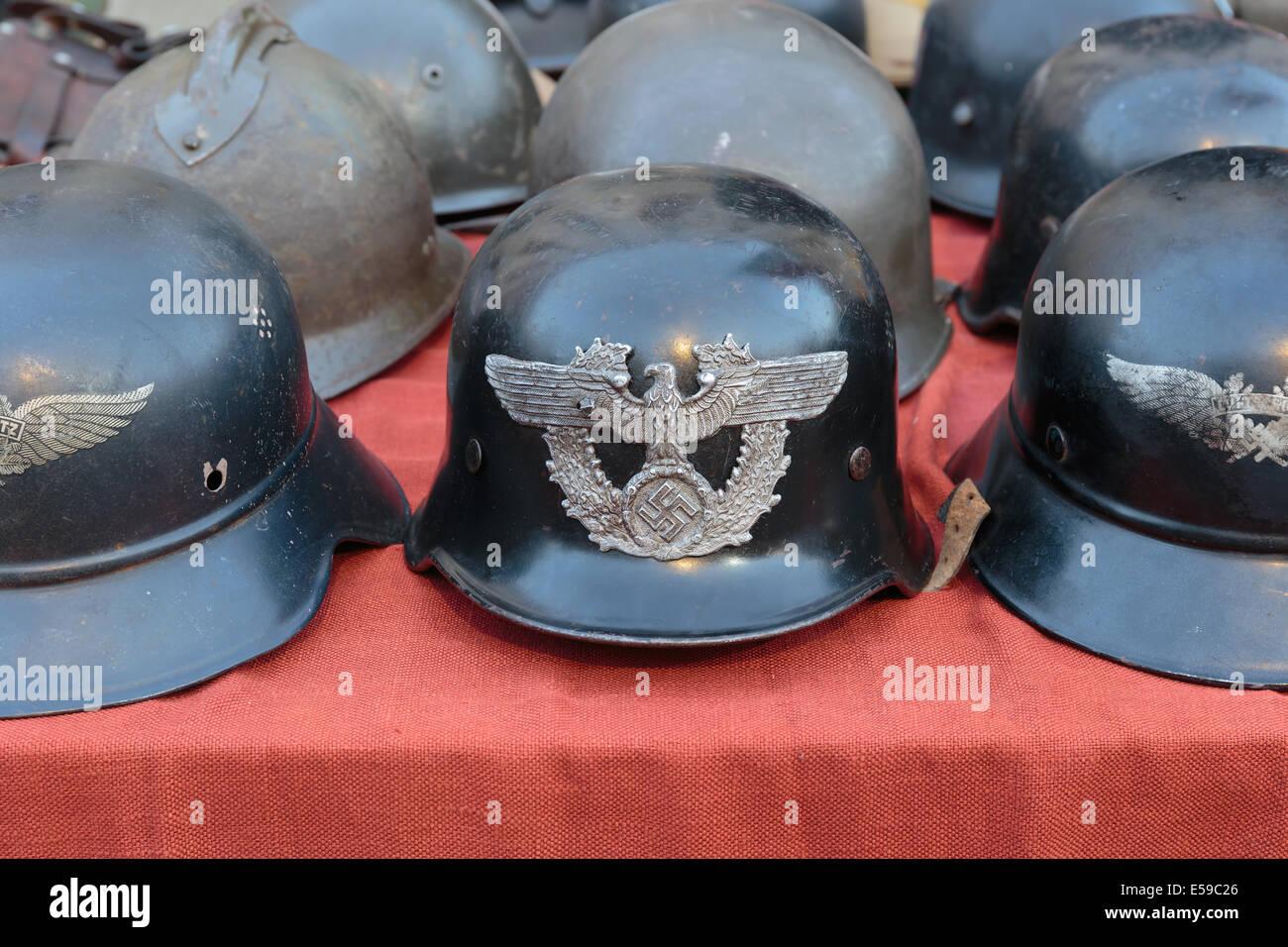 Alte Deutsche Helme Auf Einem Flohmarkt In Italien Stockfoto