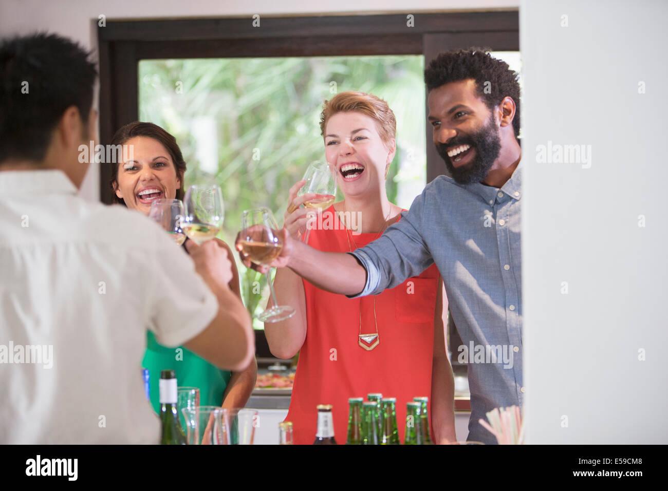 Toasten einander auf Party Freunde Stockbild