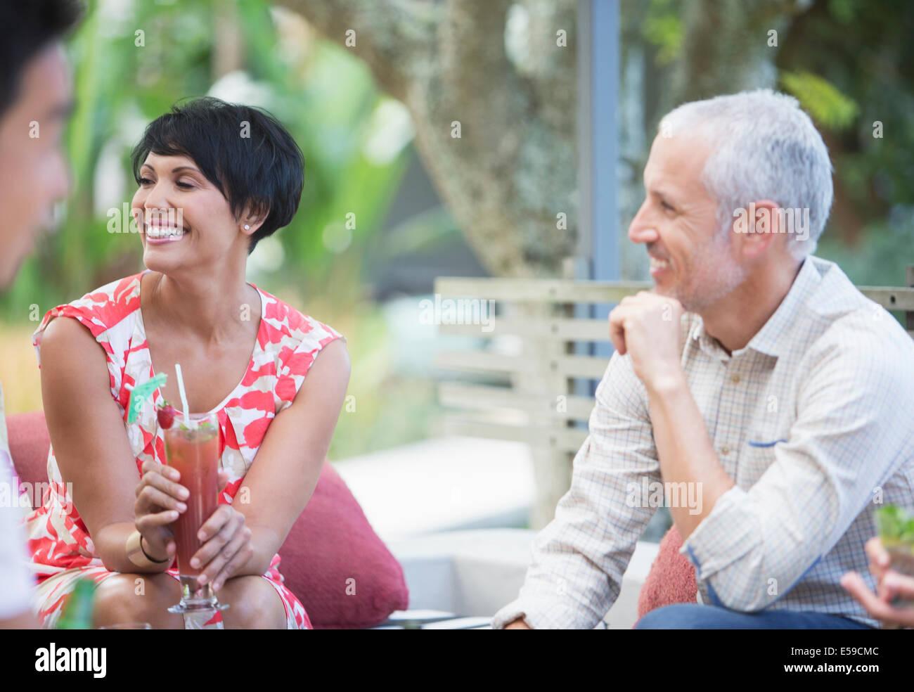 Paar erholsame zusammen auf party Stockbild