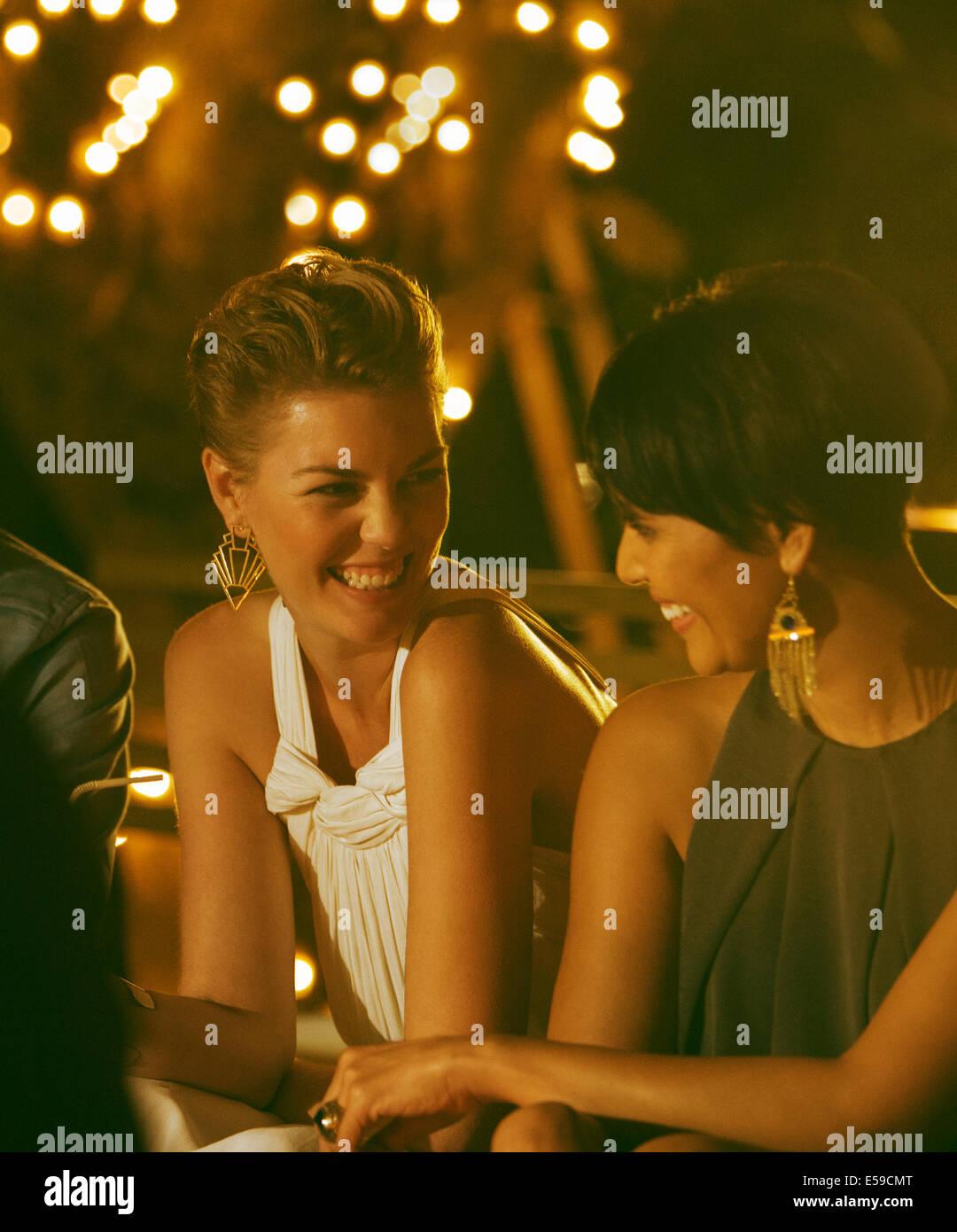 Frauen lachen auf party Stockbild
