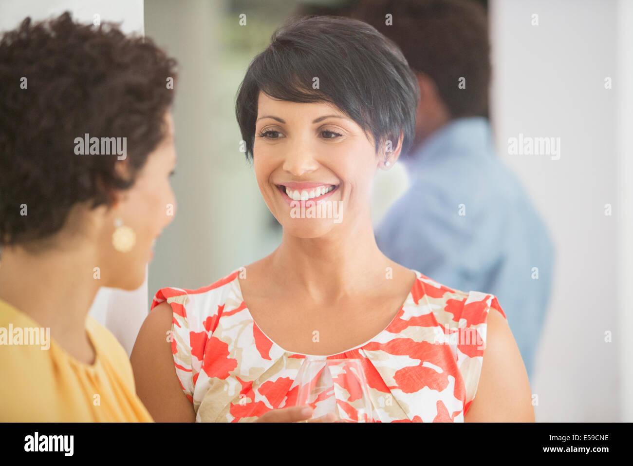 Frauen reden auf party Stockbild