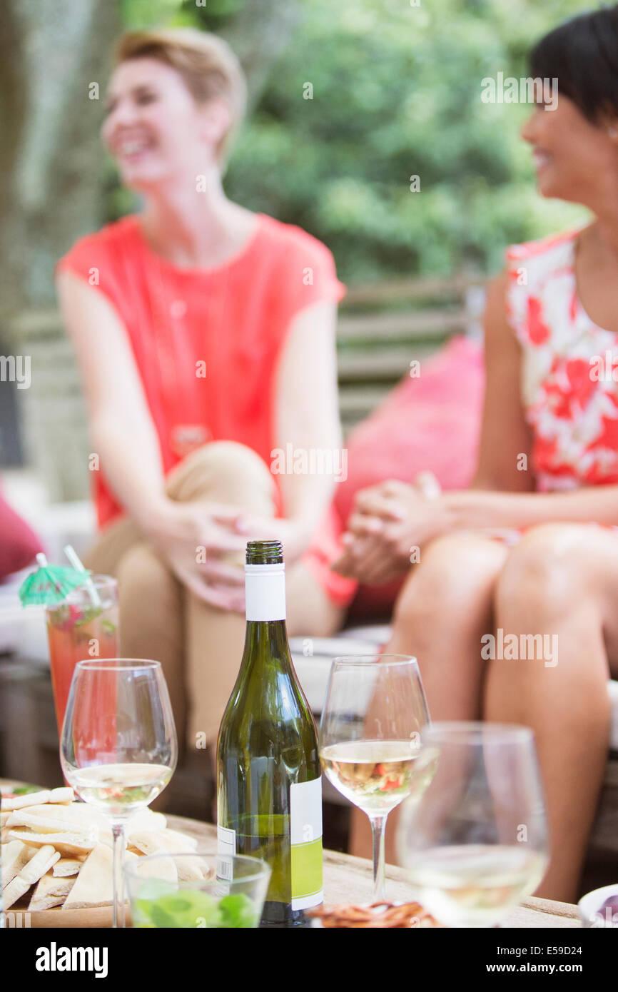 Frauen entspannen zusammen auf party Stockbild