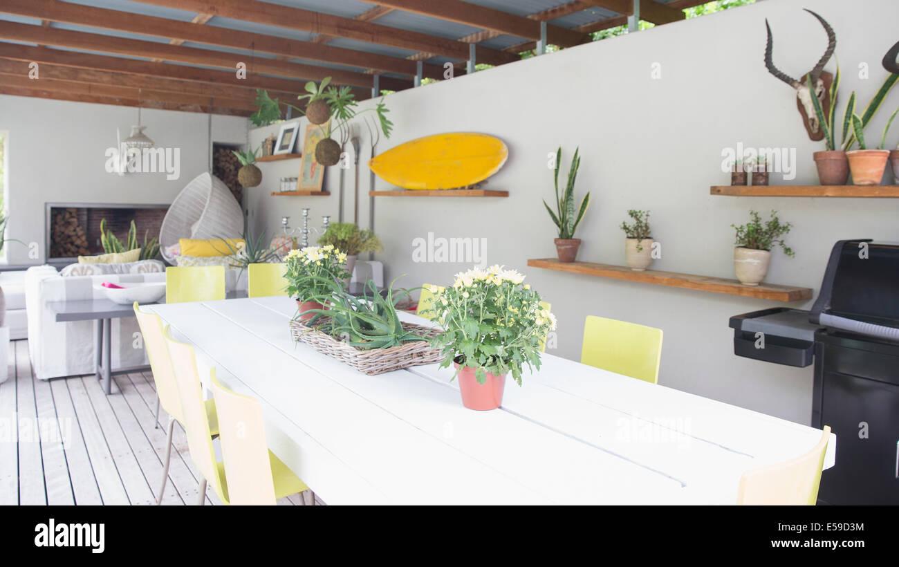 Regale und Wandverzierungen im modernen Speisesaal Stockbild
