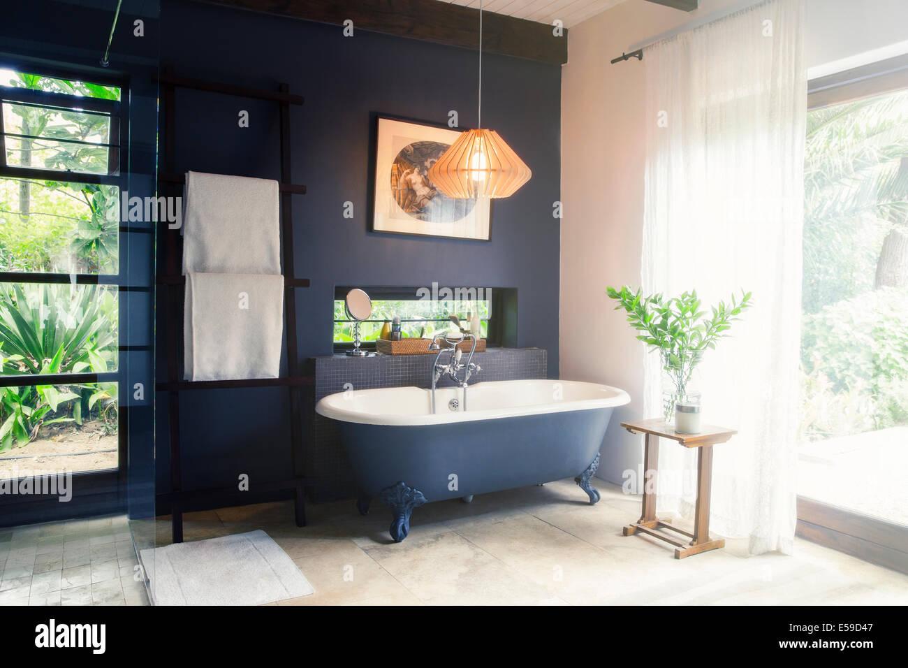 Badewanne und Leuchte im modernen Badezimmer Stockfoto, Bild ...