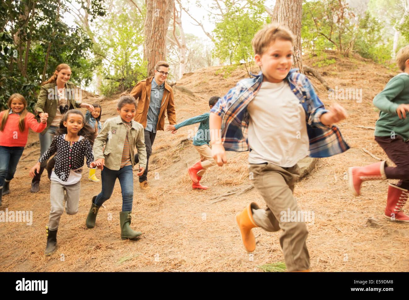 Kinder laufen im Wald Stockbild