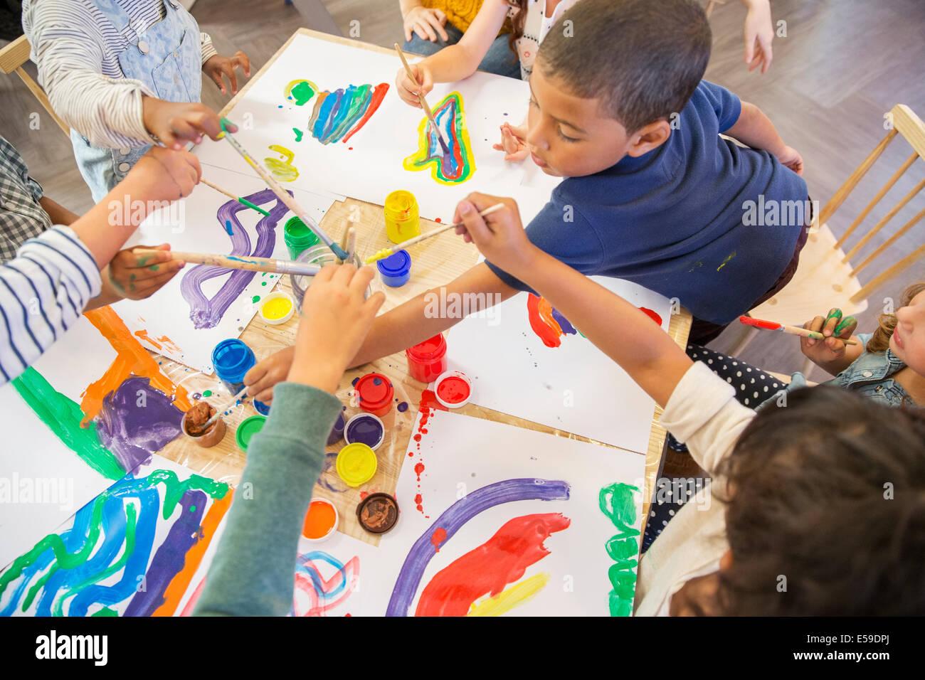 Kinder malen in der Klasse Stockbild