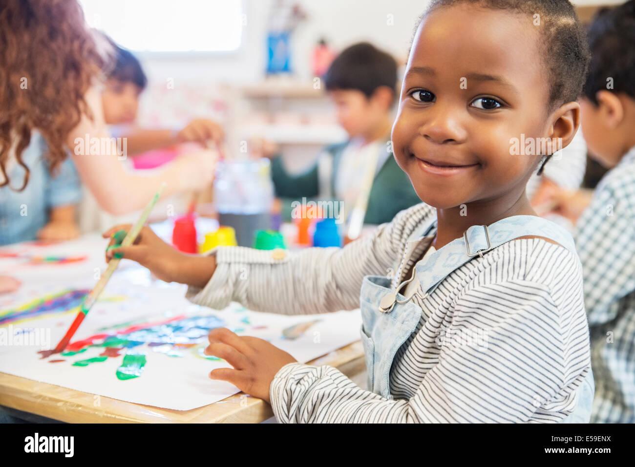 Malerei in der Klasse Schüler Stockbild