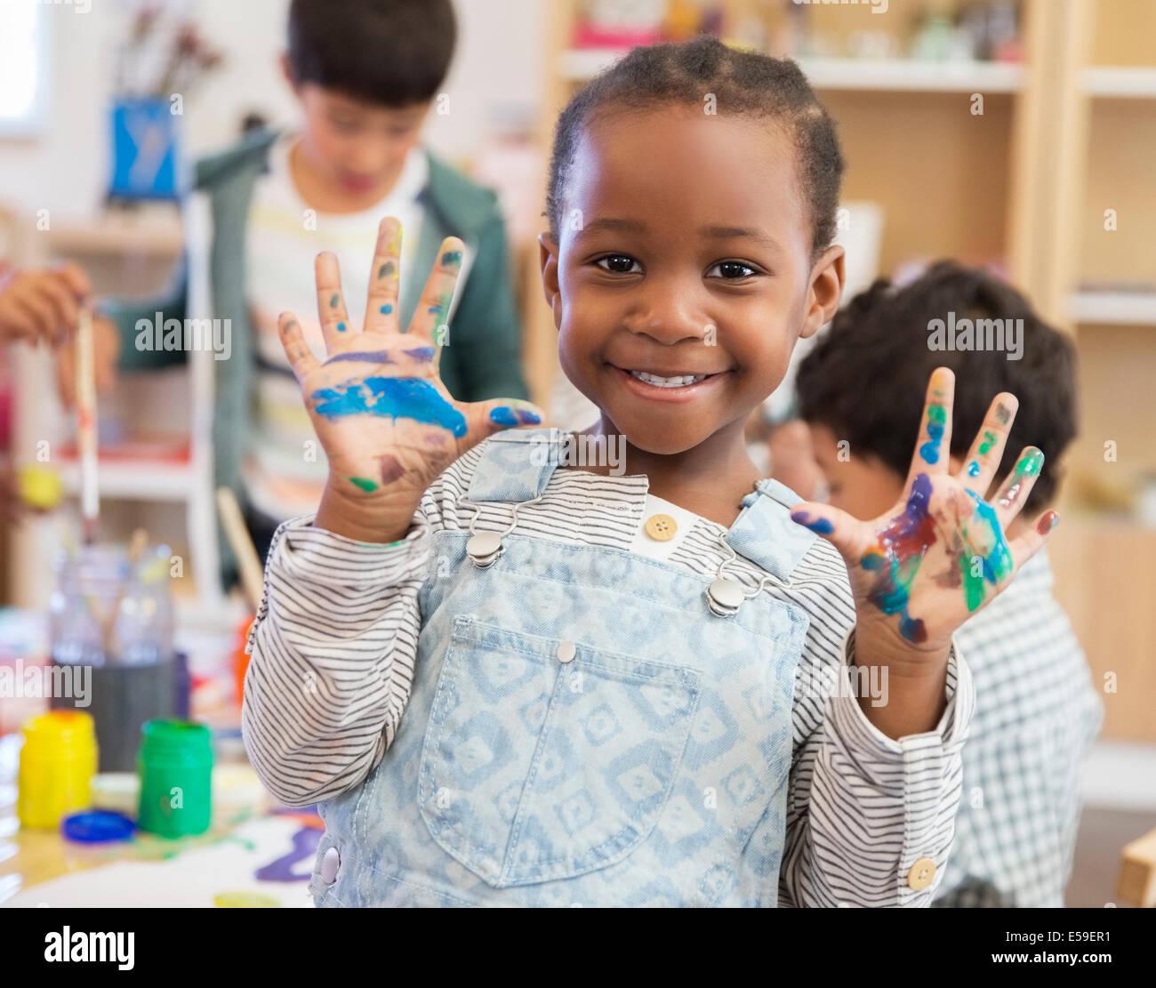 Student mit schmutzige Hände im Klassenzimmer Stockbild