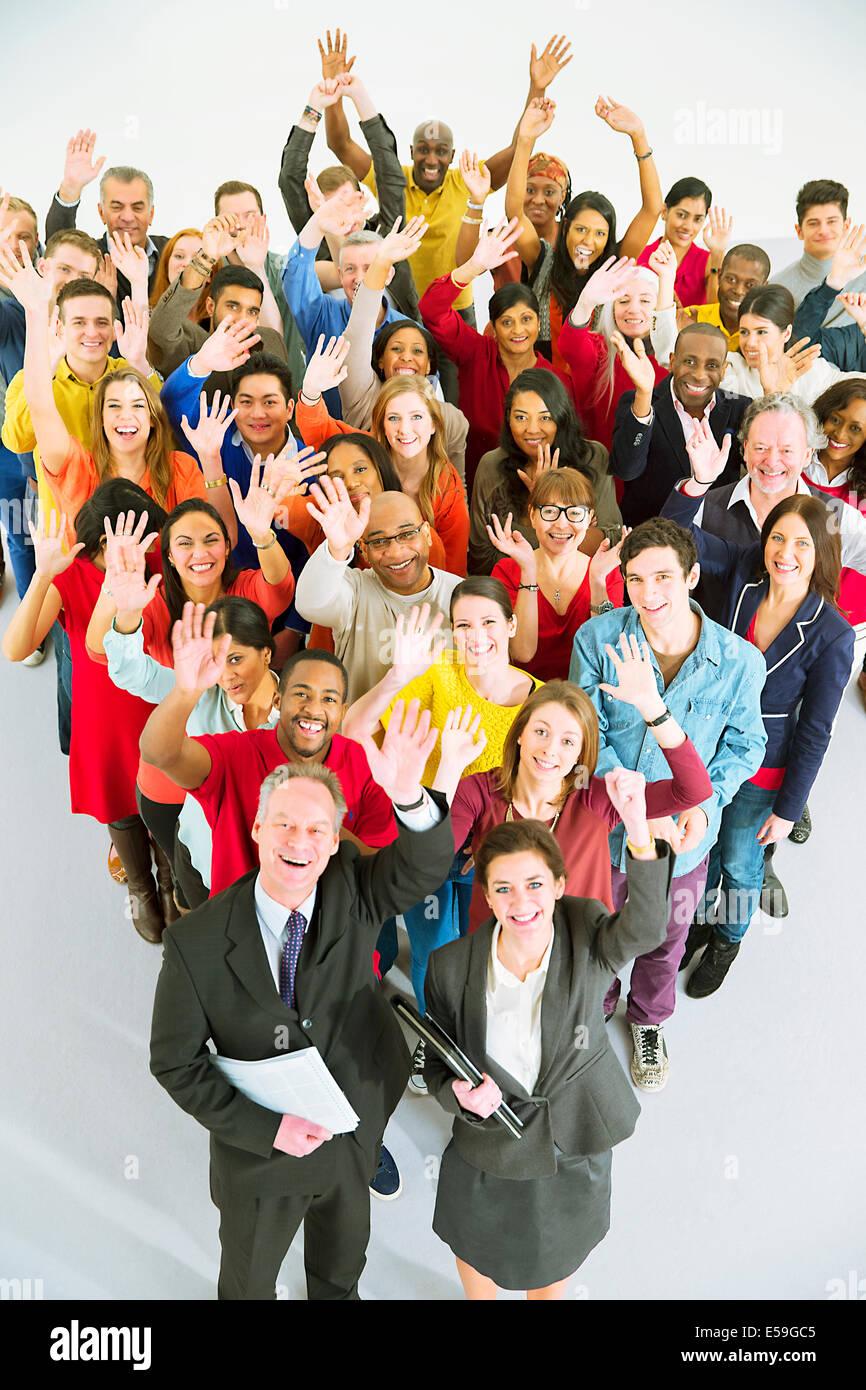 Porträt von diversen Arbeitnehmer winken Stockbild