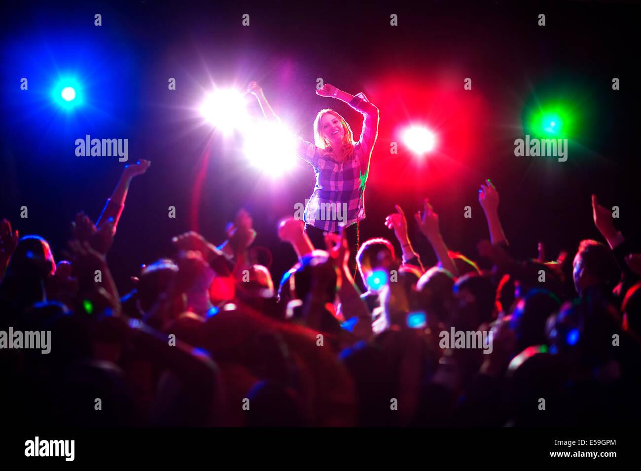 Frau tanzt im Konzert Stockbild