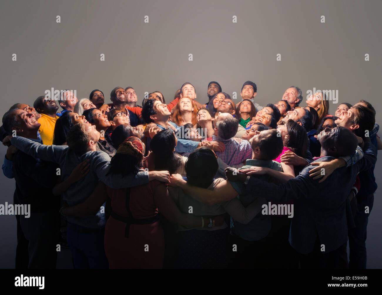 Gemischtes Publikum um helles Licht Stockfoto