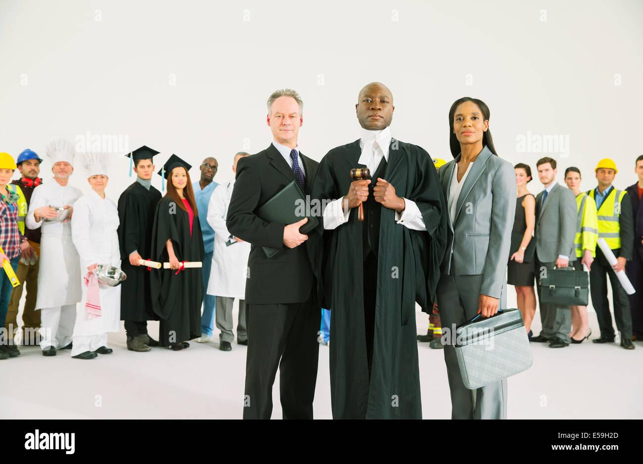 Belegschaft hinter zuversichtlich Rechtsanwälte und Richter Stockbild