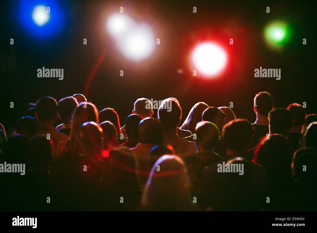 Menschenmenge wartete für Konzert Stockbild