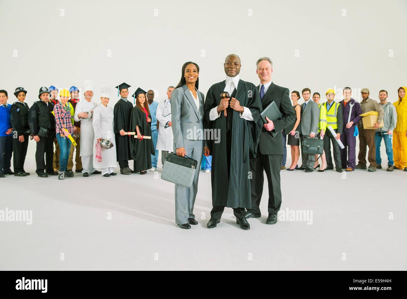 Belegschaft hinter zuversichtlich Richter und Anwälte Stockbild