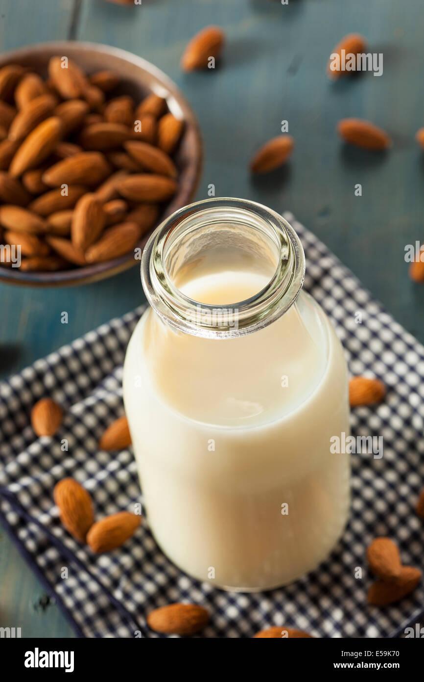 Bio weiße Mandelmilch in einen Krug Stockbild