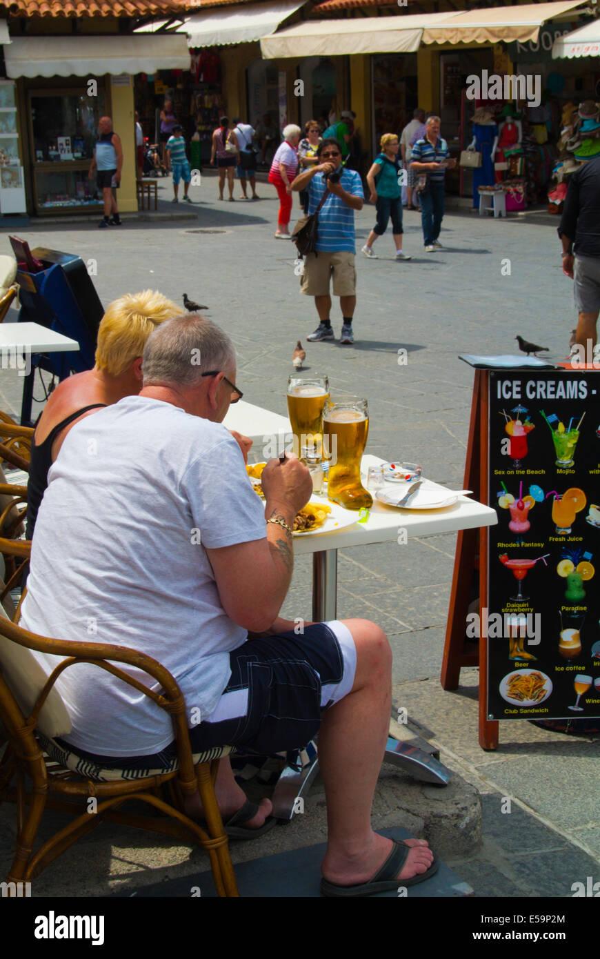 Touristen, Essen und trinken, Hippocratous Quadrat, Altstadt, Rhodos-Stadt, Menschen, Rhodos, Dodekanes, Griechenland, Stockbild