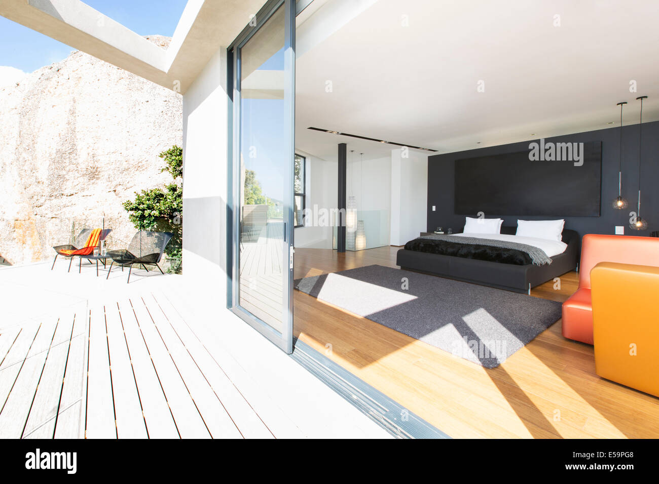 -Schiebe-Glasschiebetür auf Schlafzimmer im modernen Haus Stockbild