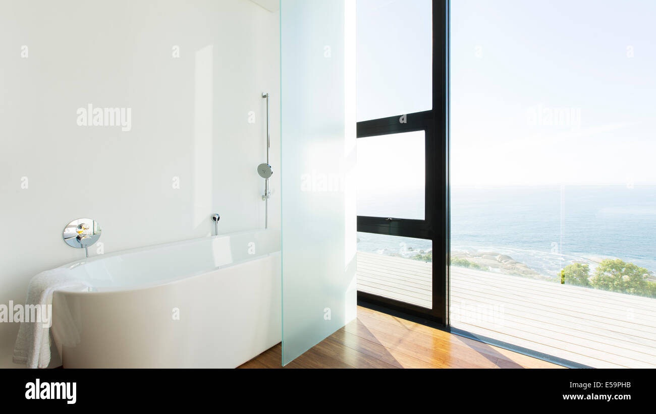 Badewanne und Glas-Schiebetüren, modernes Haus Stockbild