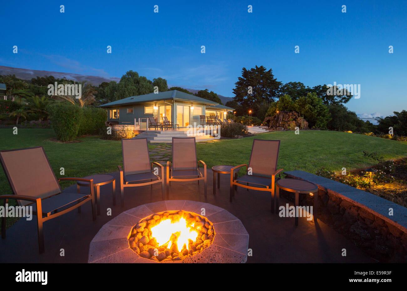 luxus garten feuerstelle bei sonnenuntergang stockfoto, bild