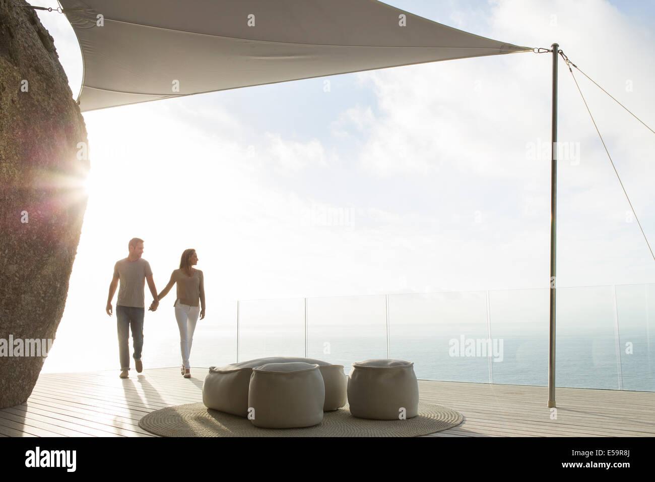 Paar halten die Hände auf modernen Balkon Stockbild