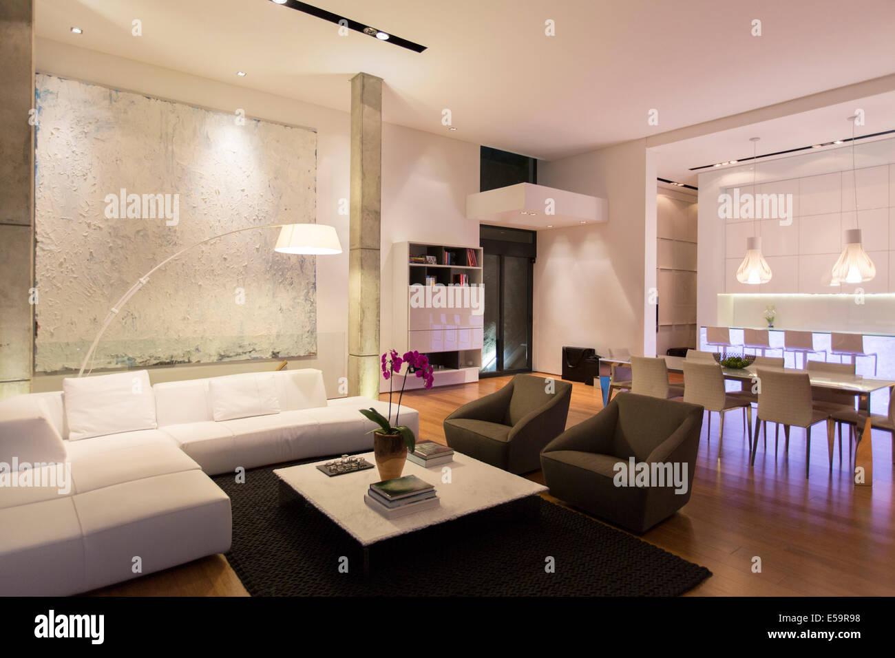 Sofa und Tisch in moderne Wohnzimmer Stockfoto, Bild: 72130612 - Alamy