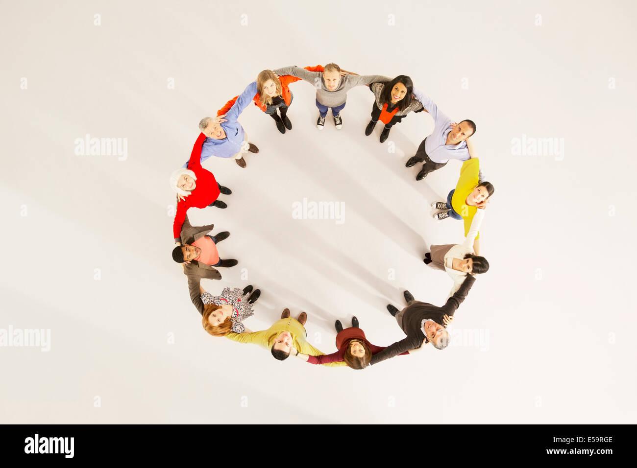 Menschen im Kreis verbunden Stockbild