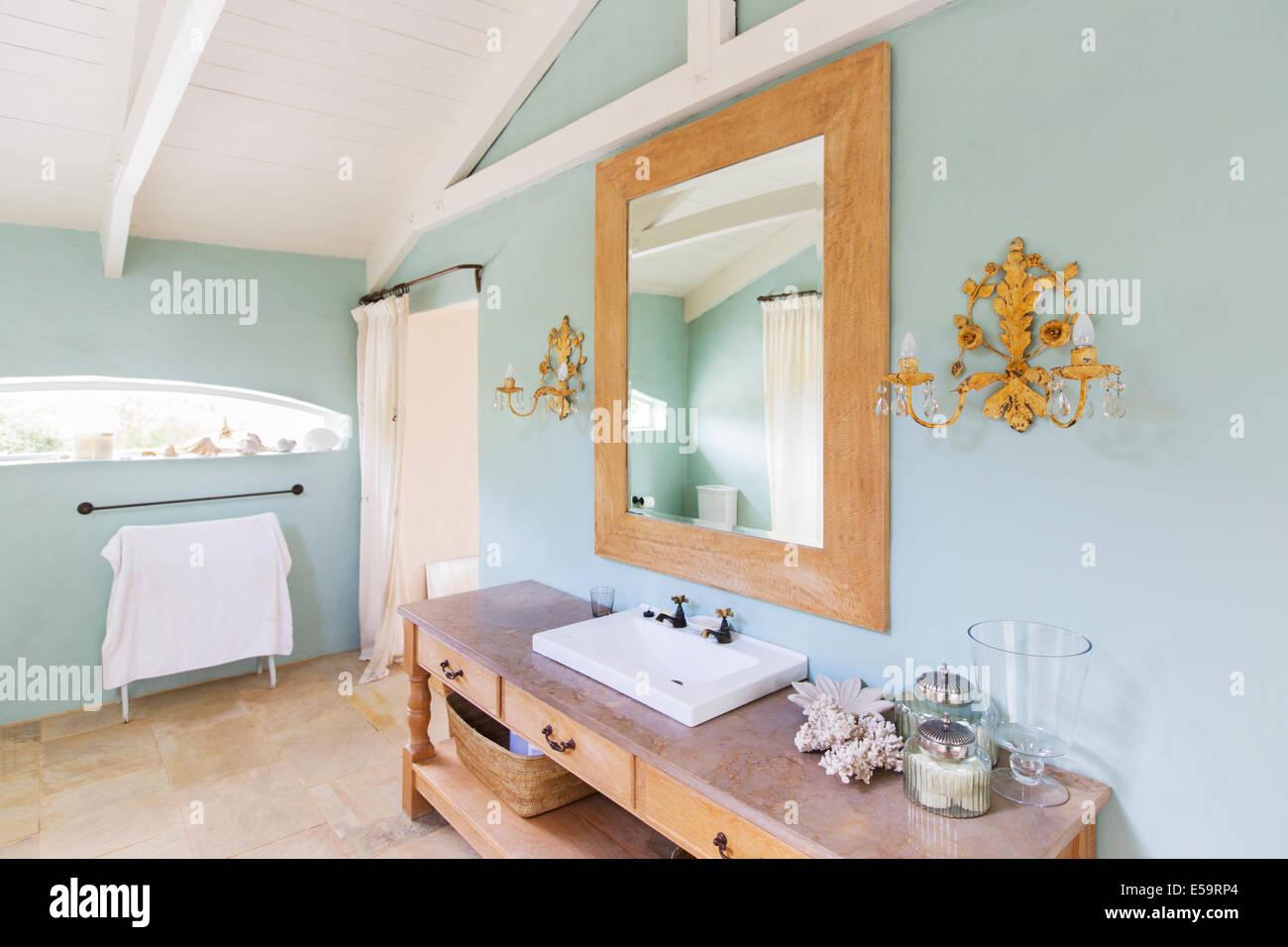 Waschbecken und Spiegel in rustikale Badezimmer Stockfoto, Bild ...
