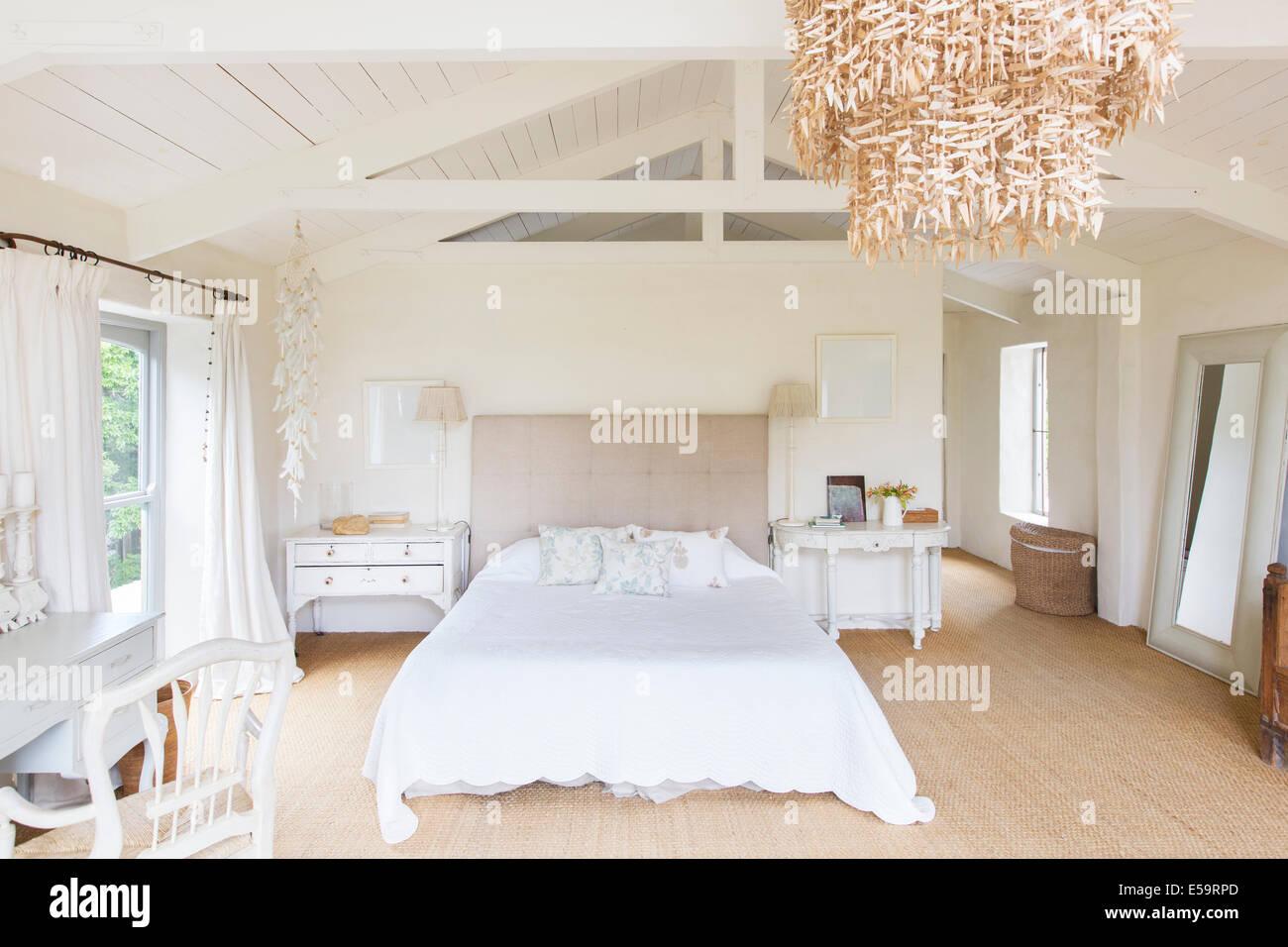 Kronleuchter Für Schlafzimmer ~ Kronleuchter und in rustikalen schlafzimmer stockfoto bild