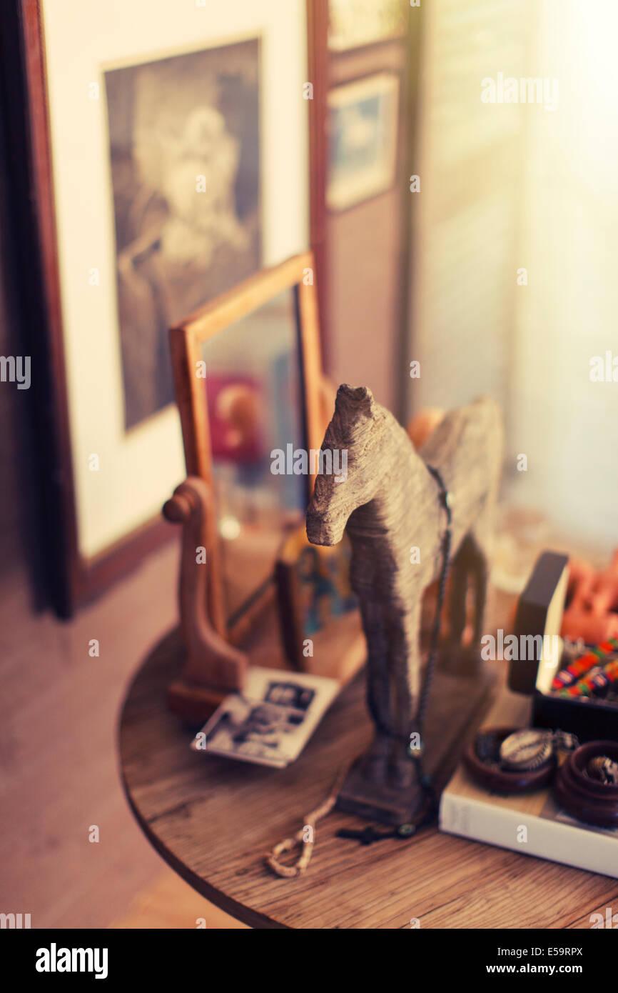 Nahaufnahme von Dekorationen auf Beistelltisch Stockbild