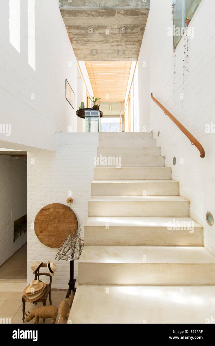 Treppenhaus im Landhaus Stockbild